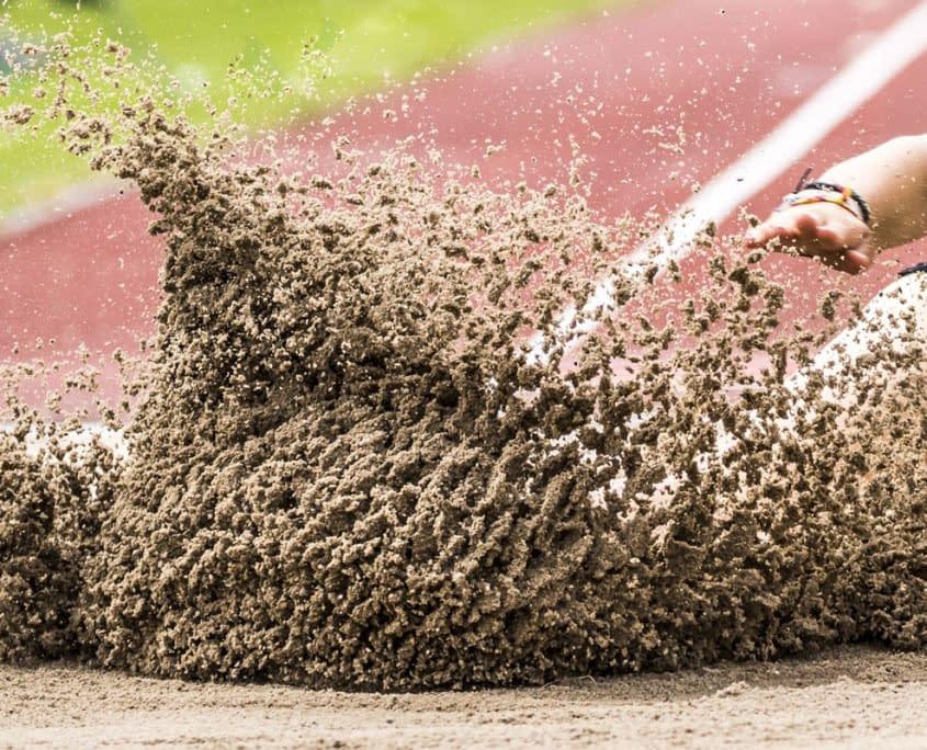 Weitsprunggrube Sandreinigung durch den Sandfuchs
