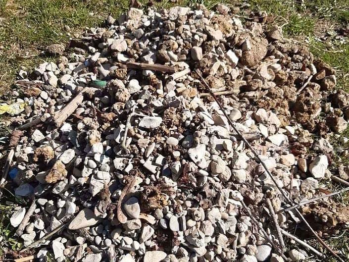 Steine und Stöcke aus dem Spielsand entfernt